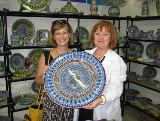 deruta-ceramic-artist-demonstrates-maiolica-pottery